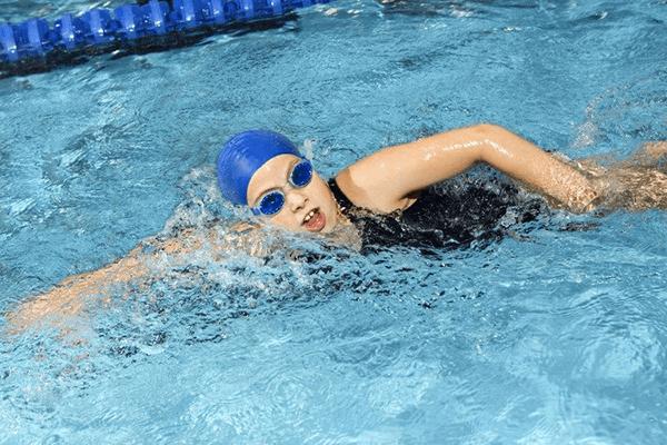 Bơi sải là bài tập hỗ trợ tăng chiều cao hiệu quả